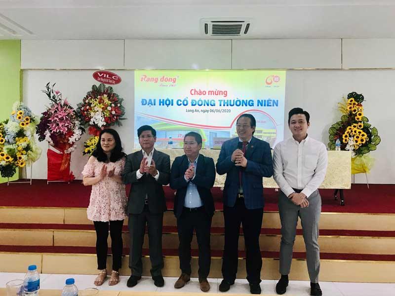 Ông Hồ Đức Lam - Chủ tịch HĐQT Rạng Đông Holding chụp hình cùng các thành viên của HĐQT nhiệm kỳ 2018-2023